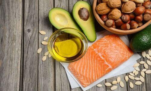 Bổ sung thực phẩm chứa omega 3 như bơ, rau củ, dầu béo, dầu cá omega 3,...
