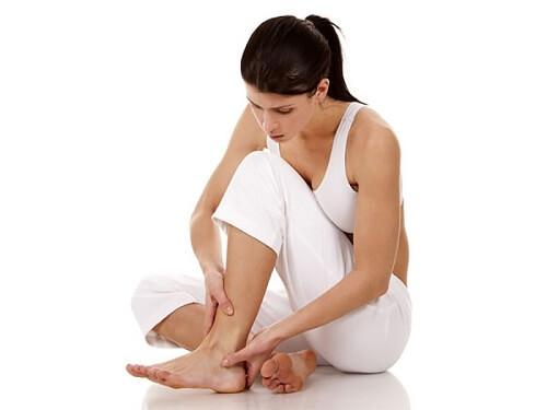 Nứt nẻ gót chân khiến bạn đau đớn, mất tự tin về vùng da chân